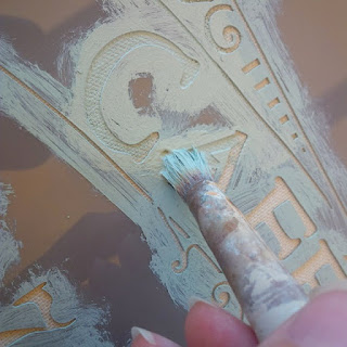 dipingere uno stencil su un cuscino