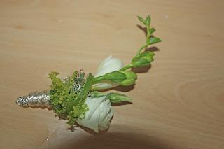 Revers-Anstecker mit einer Fresie in weiß und grü
