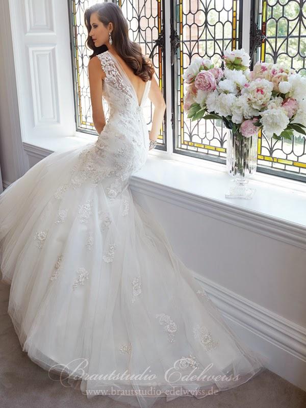 Rückenfreies Brautkleid. Hochzeitskleid mit freiem Rücken. Aktuelle ...