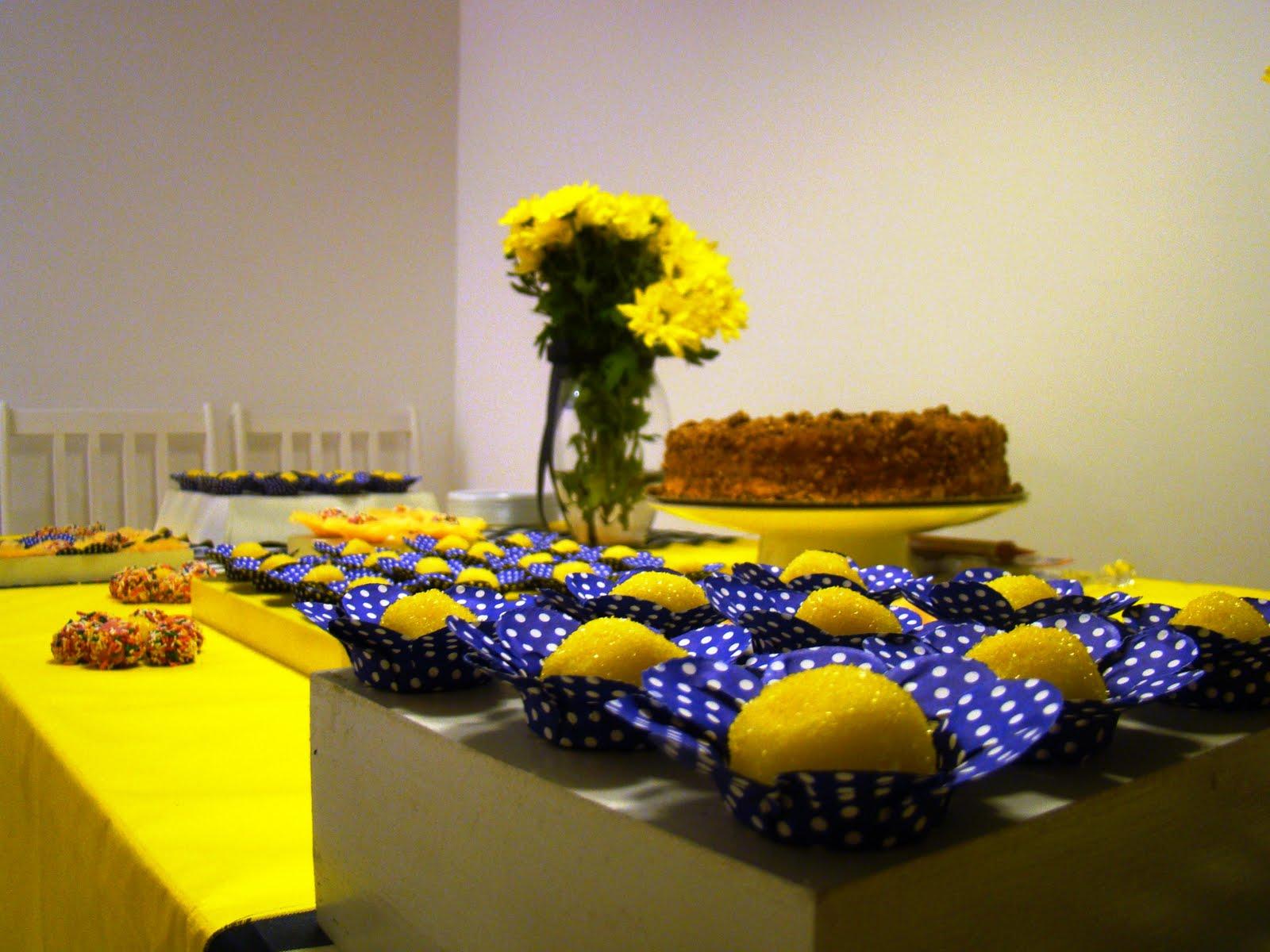 decoracao de festa azul marinho e amarelo : decoracao de festa azul marinho e amarelo:As bandejas brancas e caixas são de MDF foram compradas no Saara e