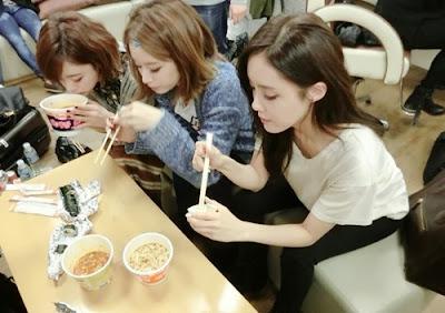 sedang makan ramen dan kimbab, artis korea, t ara cantik