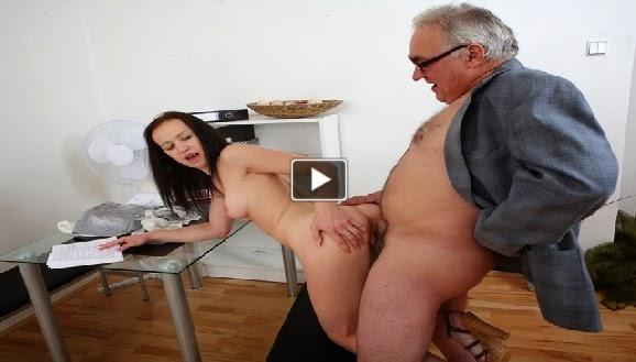 Yaşlı Adam Genç Kızı Beceriyor