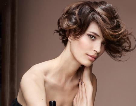 модерна къса прическа в градски стил - къдрава коса
