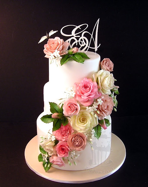 Zuckerrosen auf Hochzeitstorte mit Monogrammen