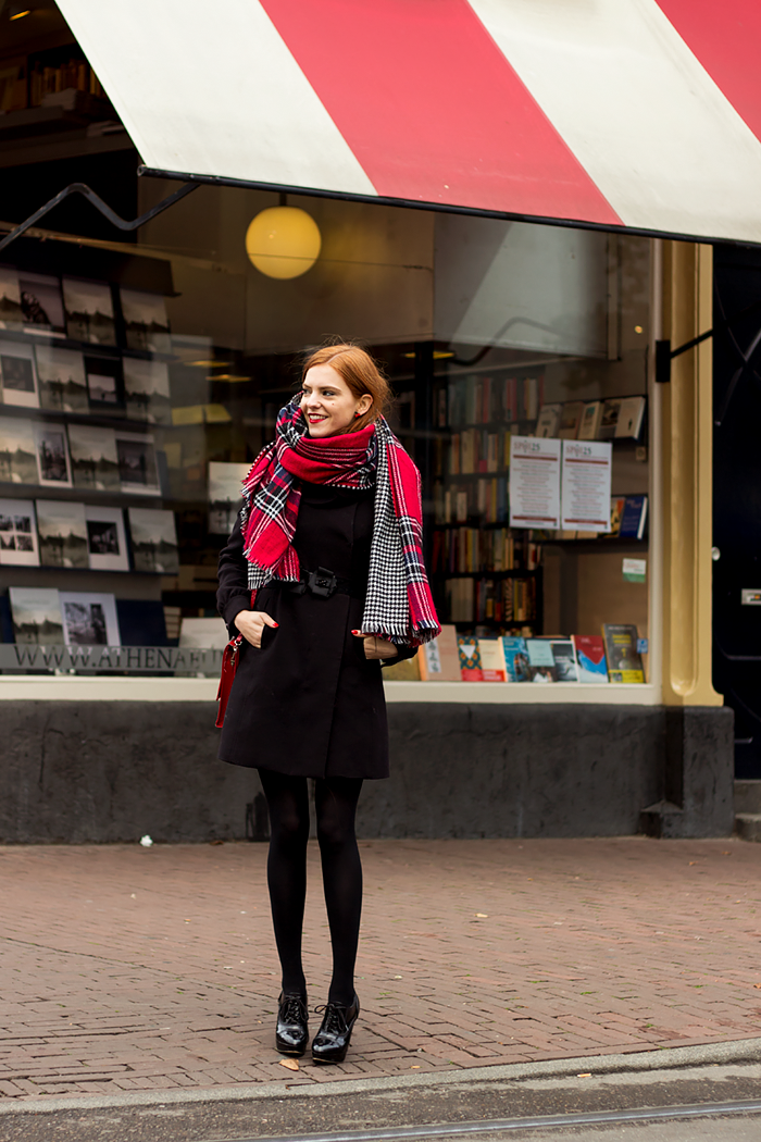 Fashion Blogger outfit in Amsterdam with a double sided Primark scarf: houndstooth & plaid