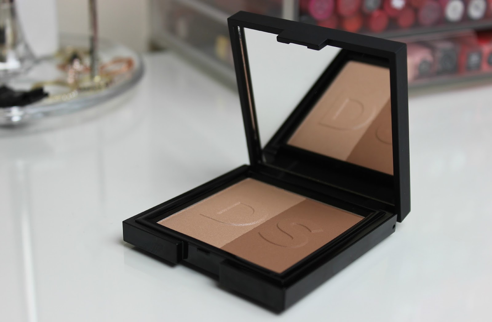A picture of Daniel Sandler Sculpt & Slim-Effect Contour Face Powder