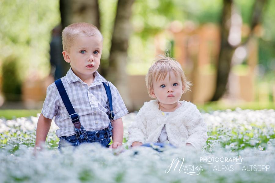õde ja vend pargis