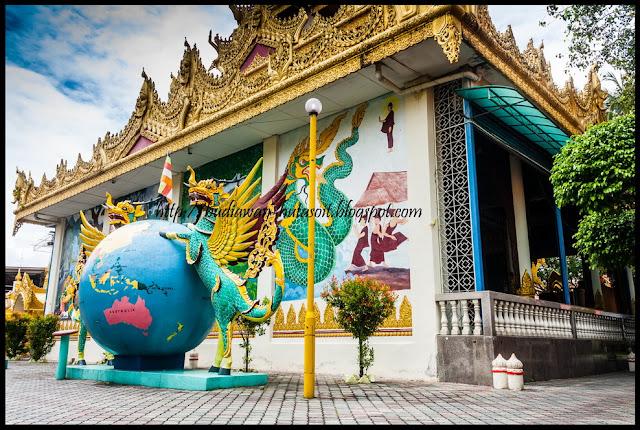Bola dunia di Dhammikarama Burmese Temple Penang