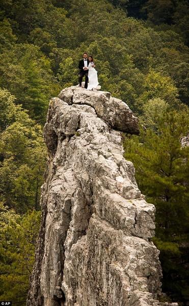 PASANGAN pengantin, Bob Ewing dan Antonie Hodge merakamkan gambar perkahwinan mereka di puncak gunung batu Seneca Rocks di Virginia Barat.