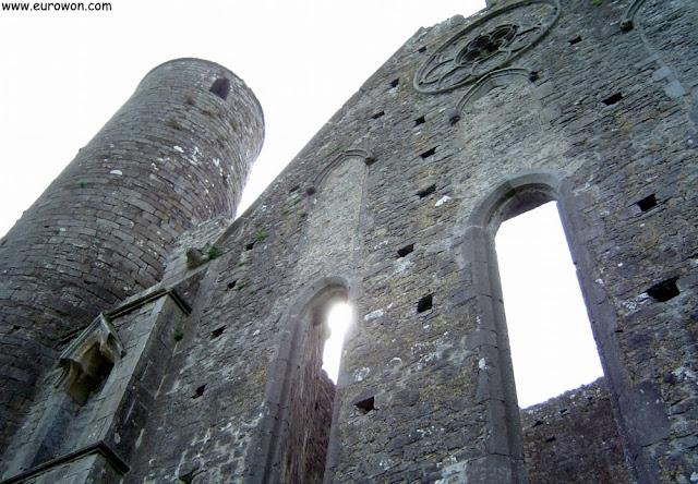 Catedral del Rock of Cashel al lado de la torre de vigía