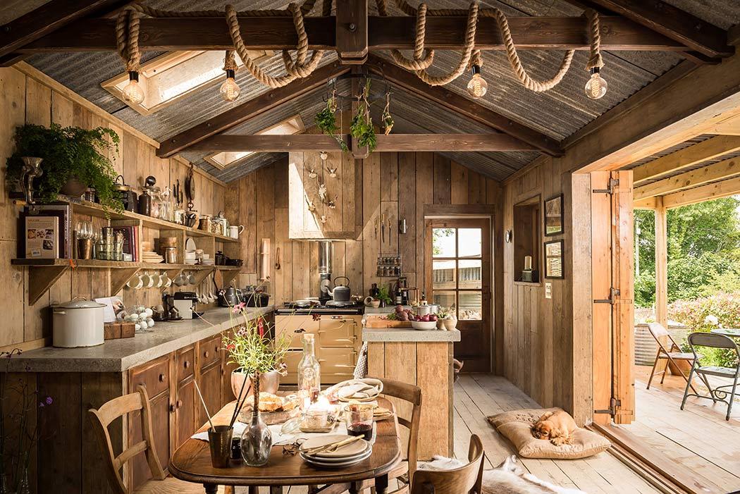 decoracion de interiores de casas estilo rustico:Cabaña de madera decorada con estilo rústico