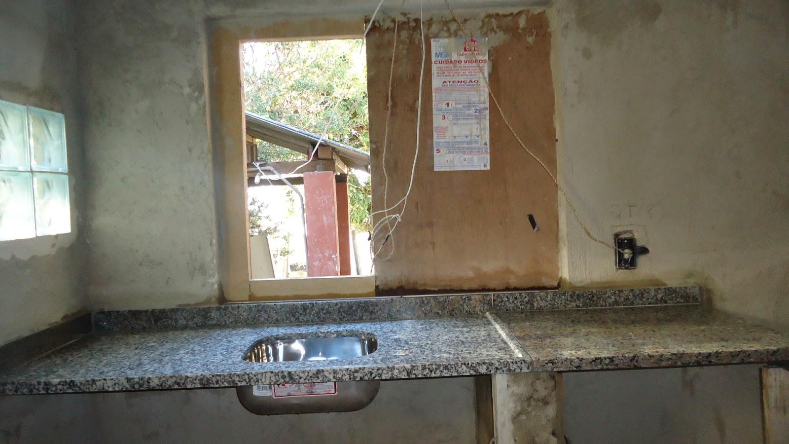 Nossa Casa de Juntados: Pia e bancada da cozinha #855046 1600x900 Banheiro Com Janela Em Cima Da Pia