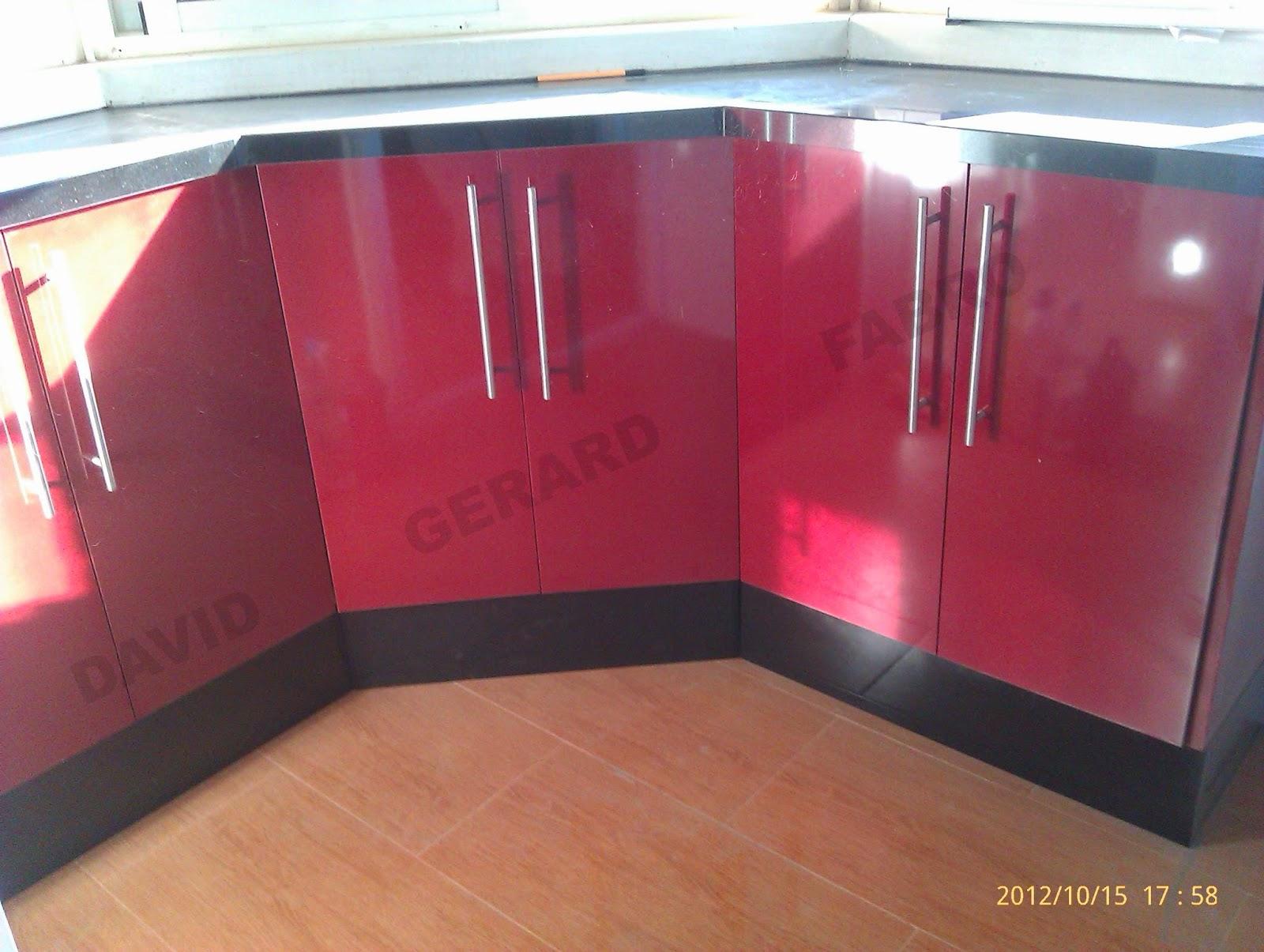 Muebles para la galeria de color rojo