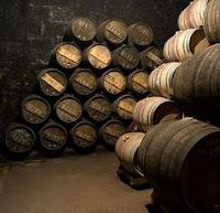 Toneles de vino en una bodega