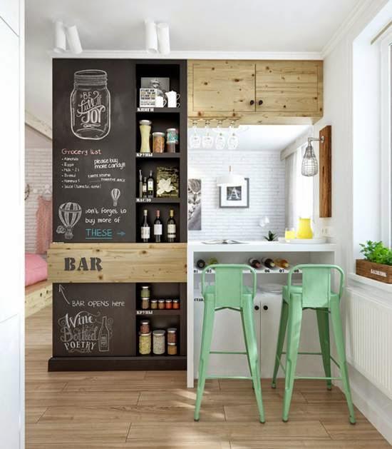 Farba tablicowa na ścianie w kuchni, miętowe hokery metalowe