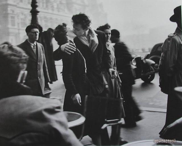 Ảnh tình yêu lãng mạn - 2 người hôn nhau nơi công cộng