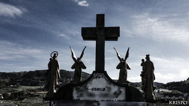 figuras de ángeles y virgen sobre lápida