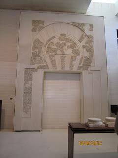 Los pequeños fragmentos decorativos han sido recompuestos sobre una representación de la puerta original.