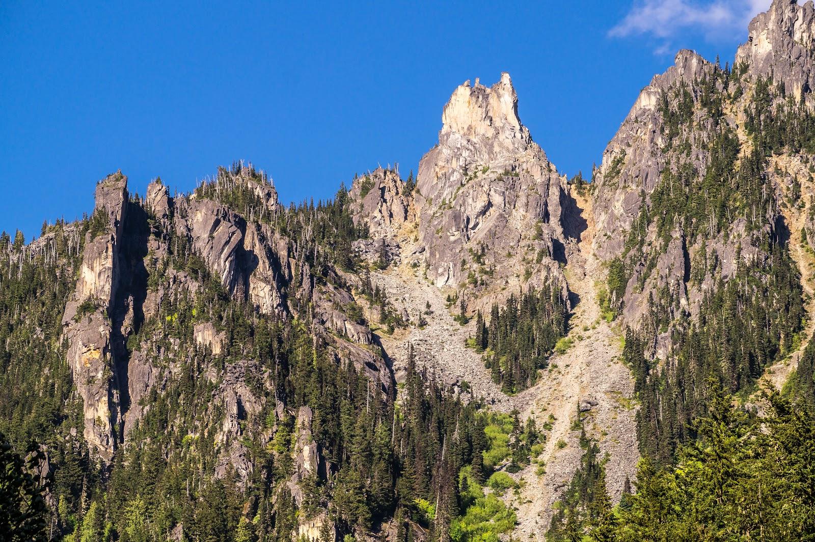 Над противоположным берегом нависают настоящие скалистые гребни.