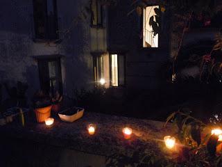 scorcio notturno del cortile e delle finestre di casa