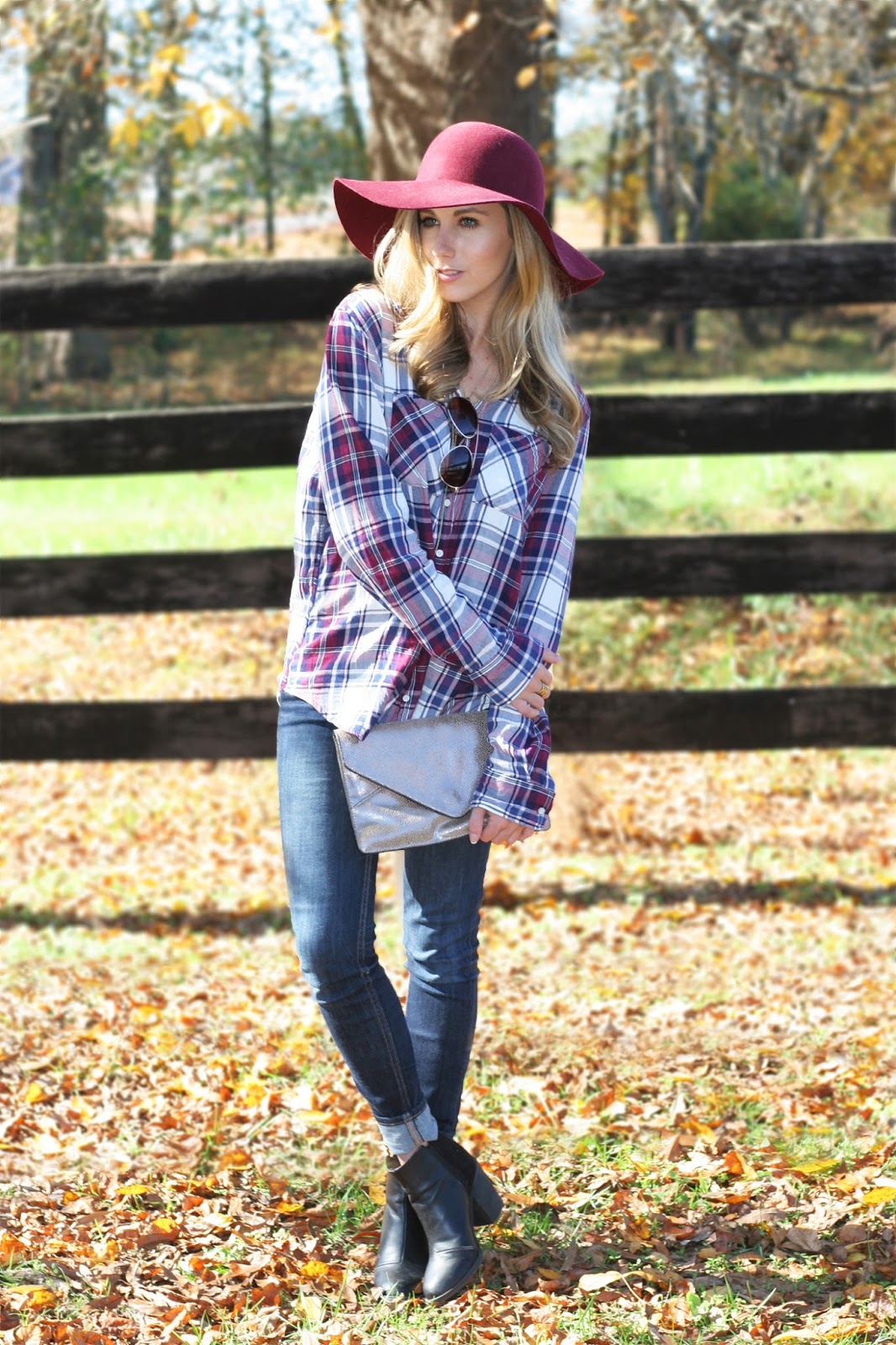 Casual-fall-outfit-with-floppy-hat-and-plaid-flannel