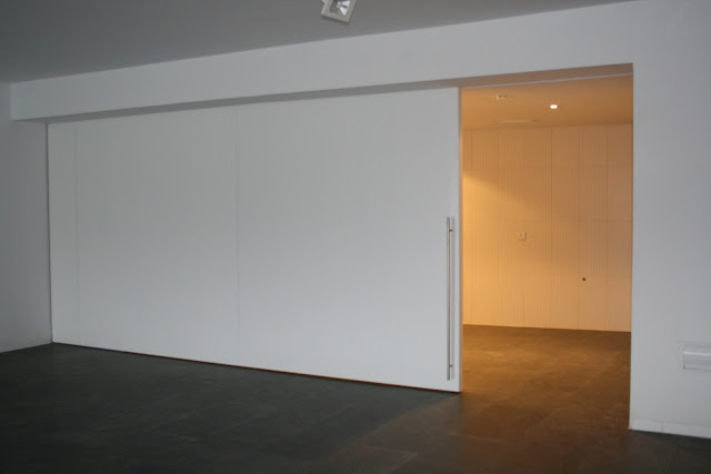 Puertas de madera invisibles espacios en madera for Puerta corredera blanca