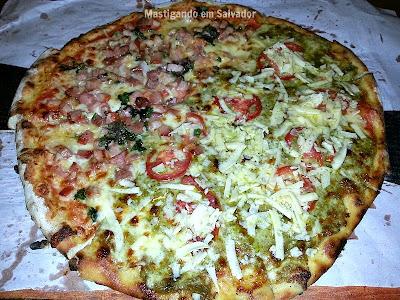 Jardim da Pizza: Pizza metade Evelyn (Pesto) metade Tiago (Fumeiro e Parmesão)