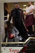Claudia Raia, o namorado e a filha Sophia foram vistos fazendo compras ontem .