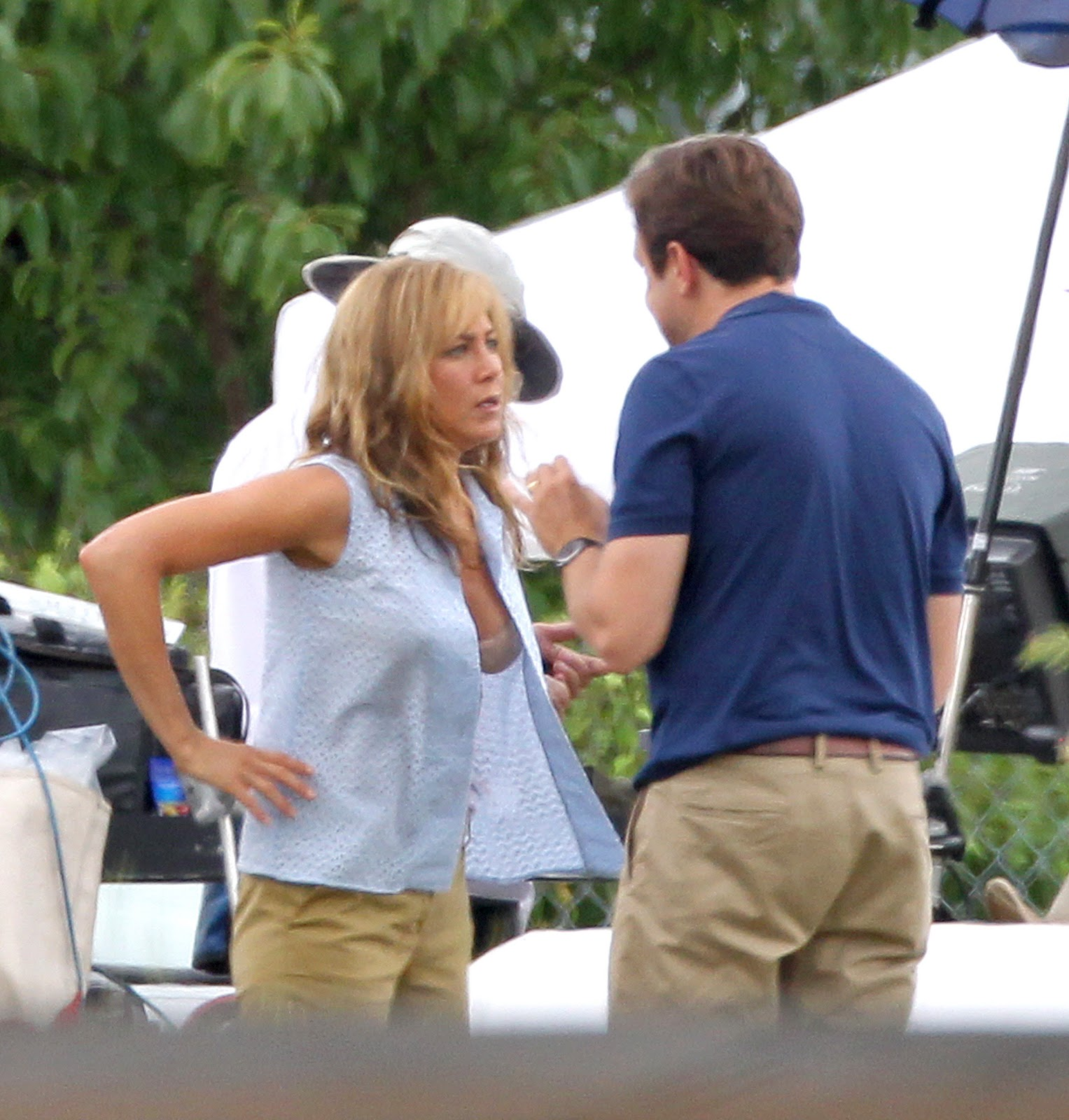 http://2.bp.blogspot.com/-6QHzvgclqB0/UDZIaPwfT6I/AAAAAAAAbX0/__Zm8Oab5Nc/s1600/Jennifer+Aniston+in+a+Bra+on+the+Set+of+We\'re+the+Millers+in+Wilmington+-+August+20,+2012+6.jpg
