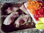 Iepure la cuptor cu legume preparare reteta - punem morcovi, ardei si cartofi