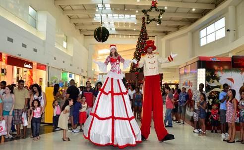 Parada de Natal e brincadeiras animam a chegada do Papai Noel no Shopping Grande Rio