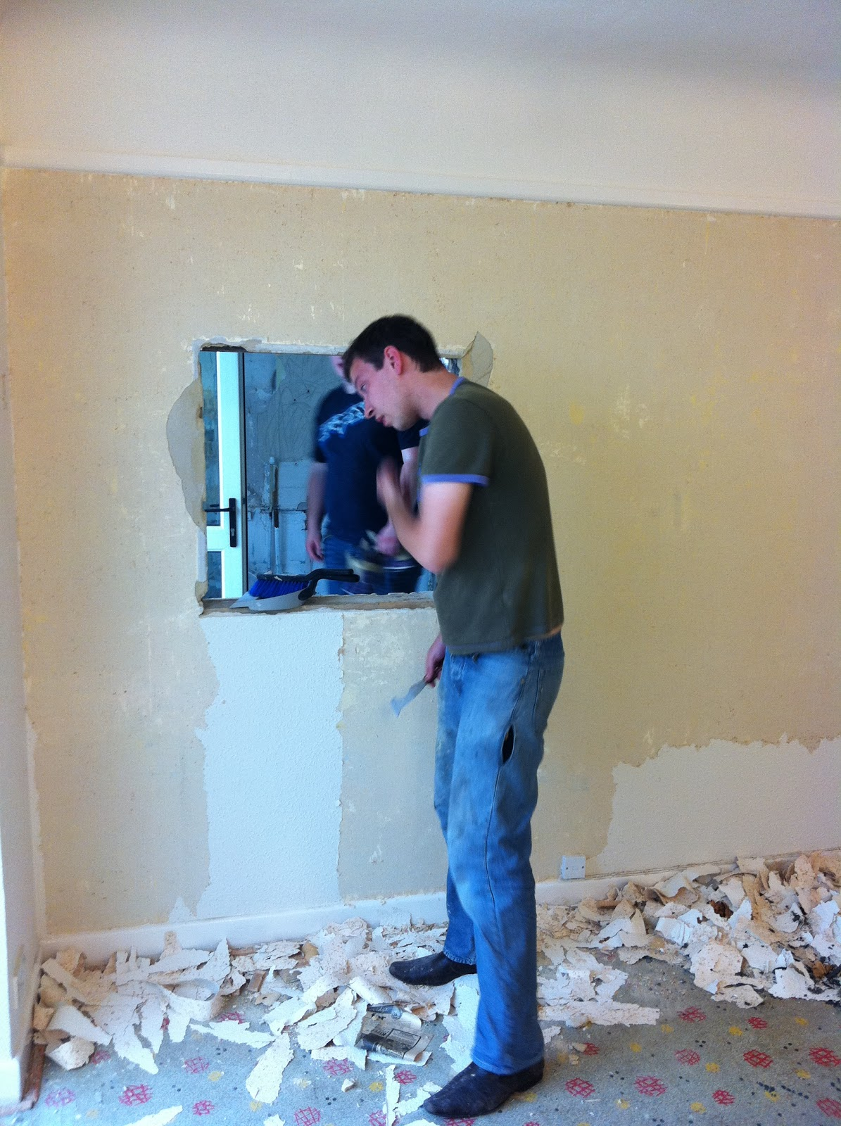 Beneath the Woodchip Wallpaper: The smashing begins!