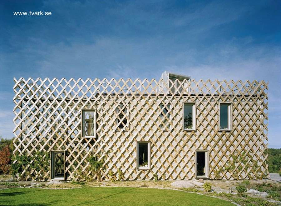 Casa de madera en Suecia con enrejado para plantas trepadoras en las fachadas