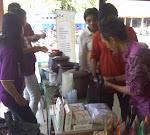 Kang Cokie Sibuk Melayani Pembeli