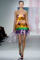къса лъскава рокля