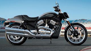 Zwarte motorfiets op een leeg race circuit