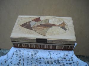 Scatola in acero e legni vari,intarsiato ed intagliato