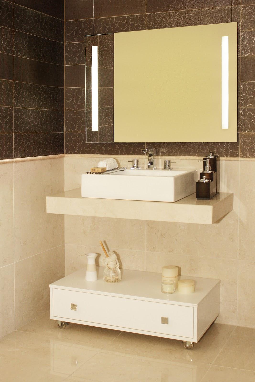 Nesse outro banheiro a iluminação já está totalmente integrada ao  #956D36 1067 1600