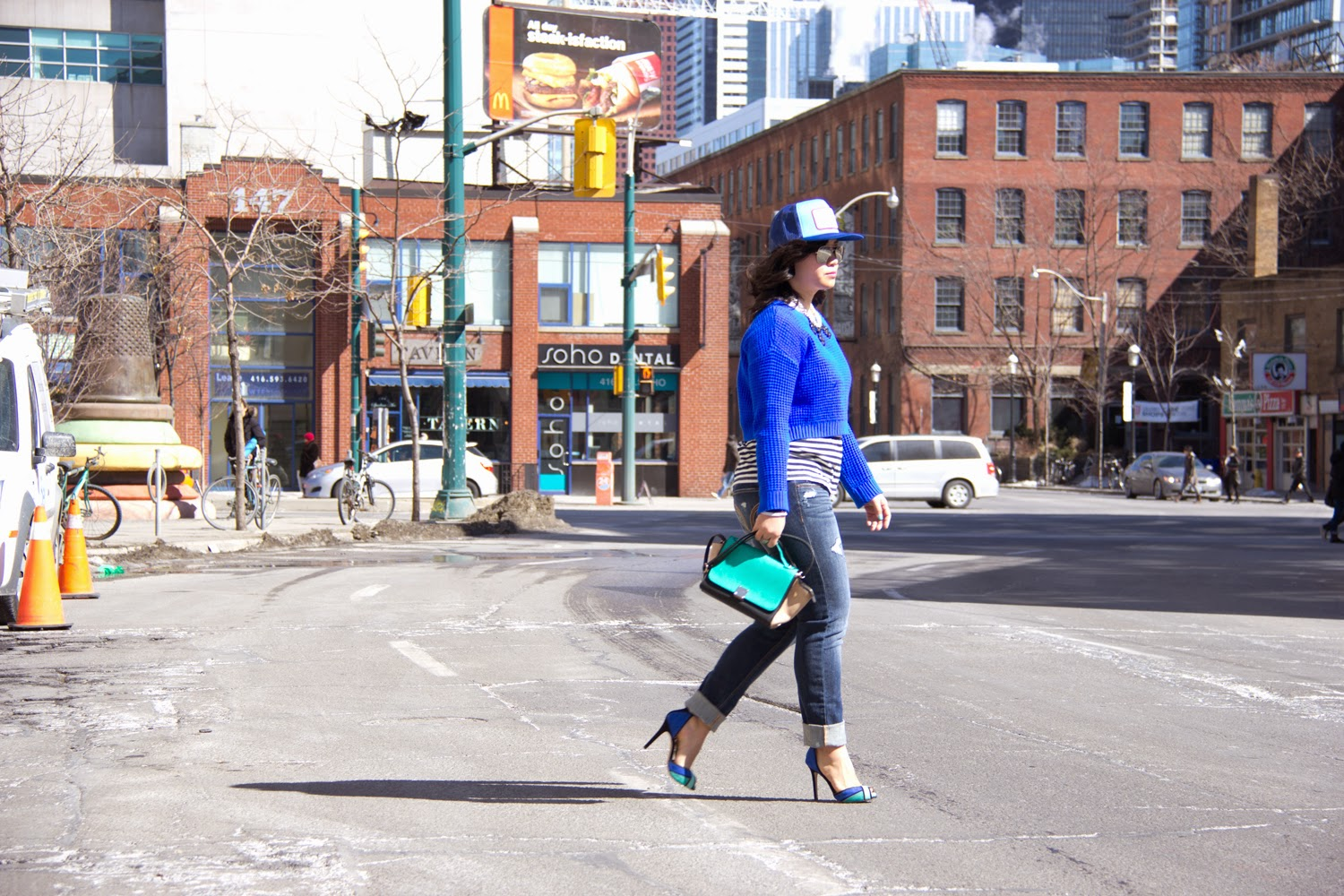 baseball-Cap, Street-Style, Neon-Blue-Crop-Top-Knit-Sweater, Boyfriend-Jeans