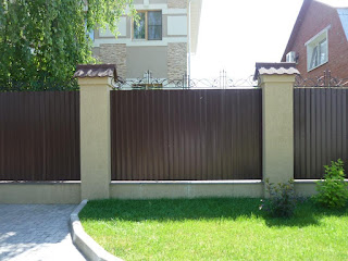 Забор из профлиста с кирпичными столбами. Фото 5