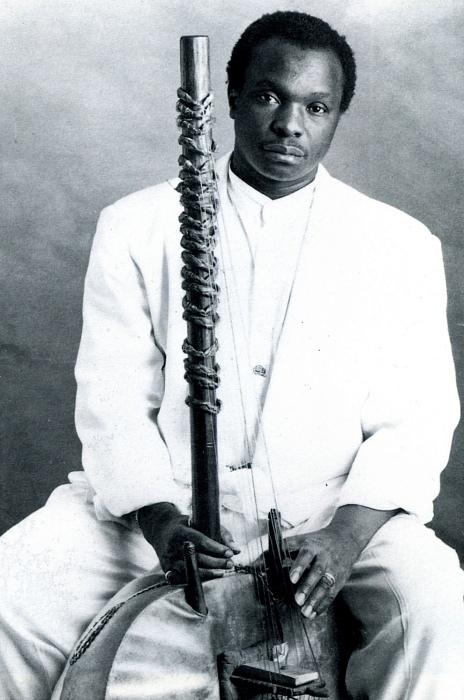 Fotografía de Mory Kante con un instrumento africano en sus manos