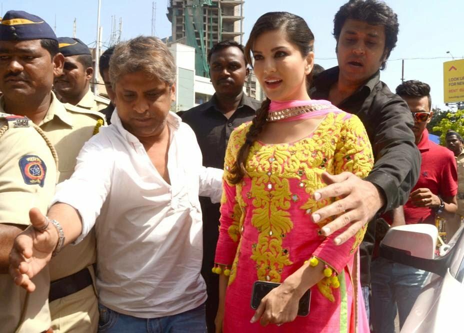 Sunny Leone visits Siddhivinayak Temple