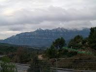 La muntanya de Montserrat des del pont de l'autopista