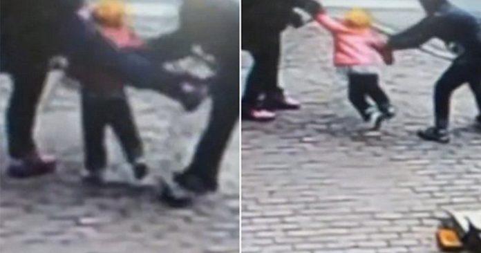 Πατέρας παλεύει με απαγωγέα όταν πήγε να του αρπάξει το παιδί (Βίντεο)
