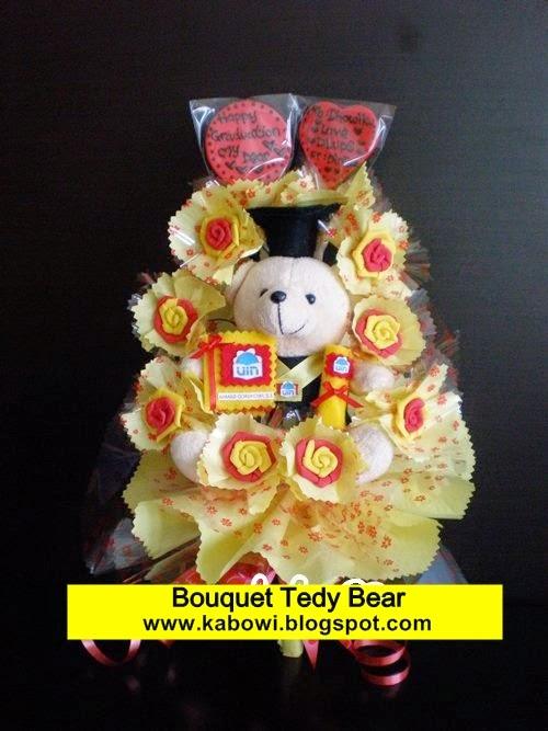 Buket wisuda boneka doraemon tedy bear beruang bouquet kado spesial graduation kabowi jual tempat hadiah unik lucu lulus sekolah cowo cewe pria wanita universitas pake toga