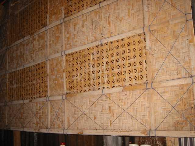 ... anyaman yang terbuat dari bahan bambu (kulit terluar dari batang bambu