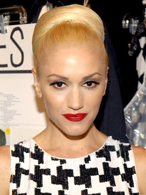 A high, super-smooth bun gives Gwen Stefani a very polished and timeless look.