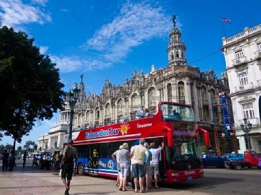 Turistas abordan el habana bustour en la habana vieja
