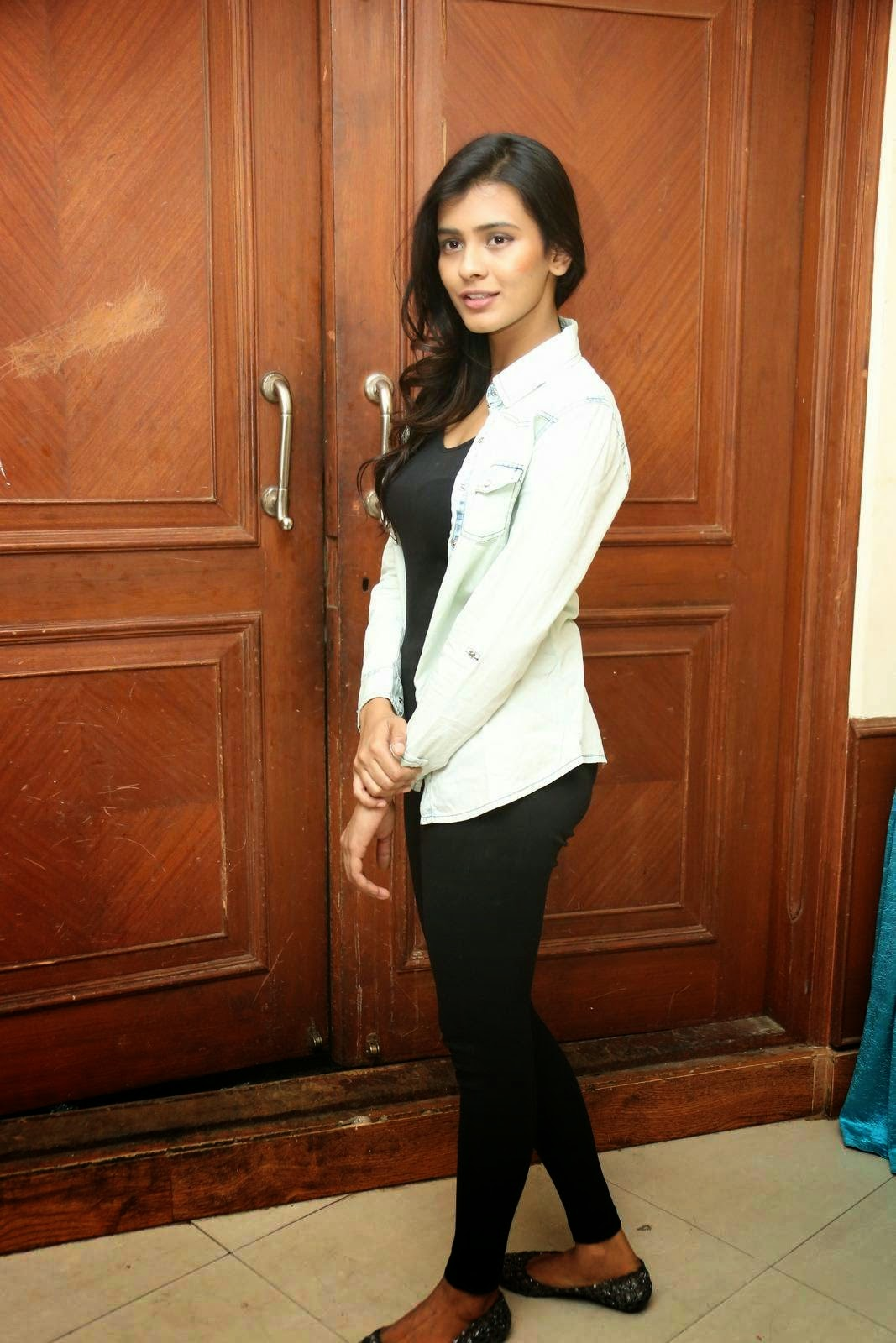 hebah patel latest glamorous stills-HQ-Photo-7