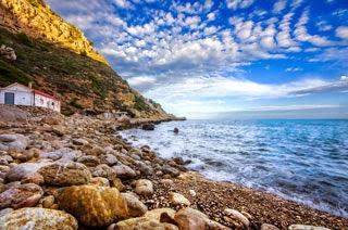 Strand Cala Llebeig in Moraira aan de Costa Blanca in Spanje